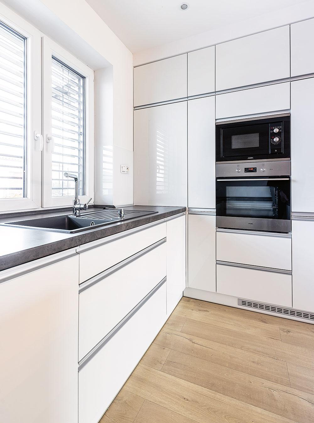 biely nábytok v kuchyni
