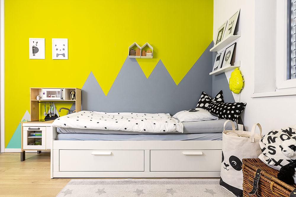Dominantným prvkom vizbe mladšieho je výrazná stena, ktorej vzor hôr ohraničuje priestor postele avďaka sivej farbe nepôsobí pri zaspávaní rušivo.