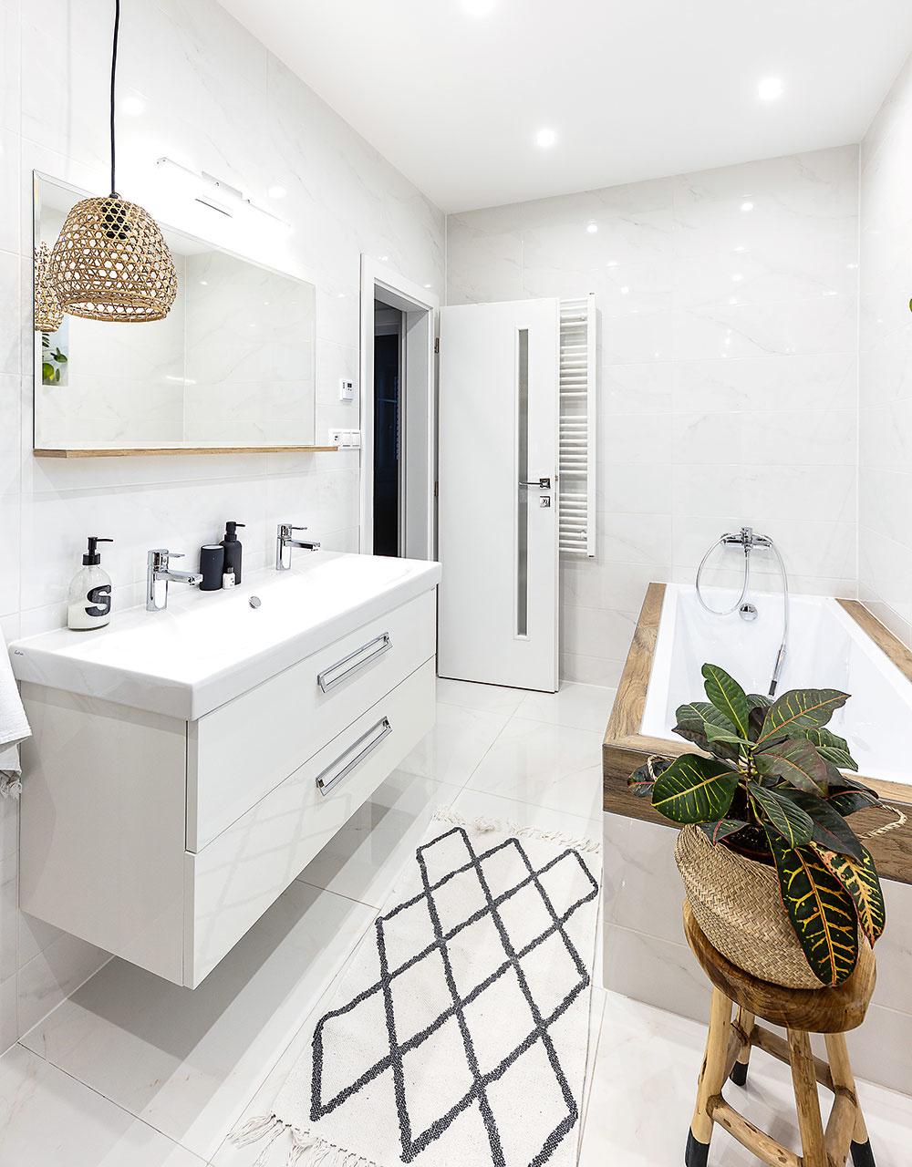 kúpeľňa s vaňou a velkým umývadlom