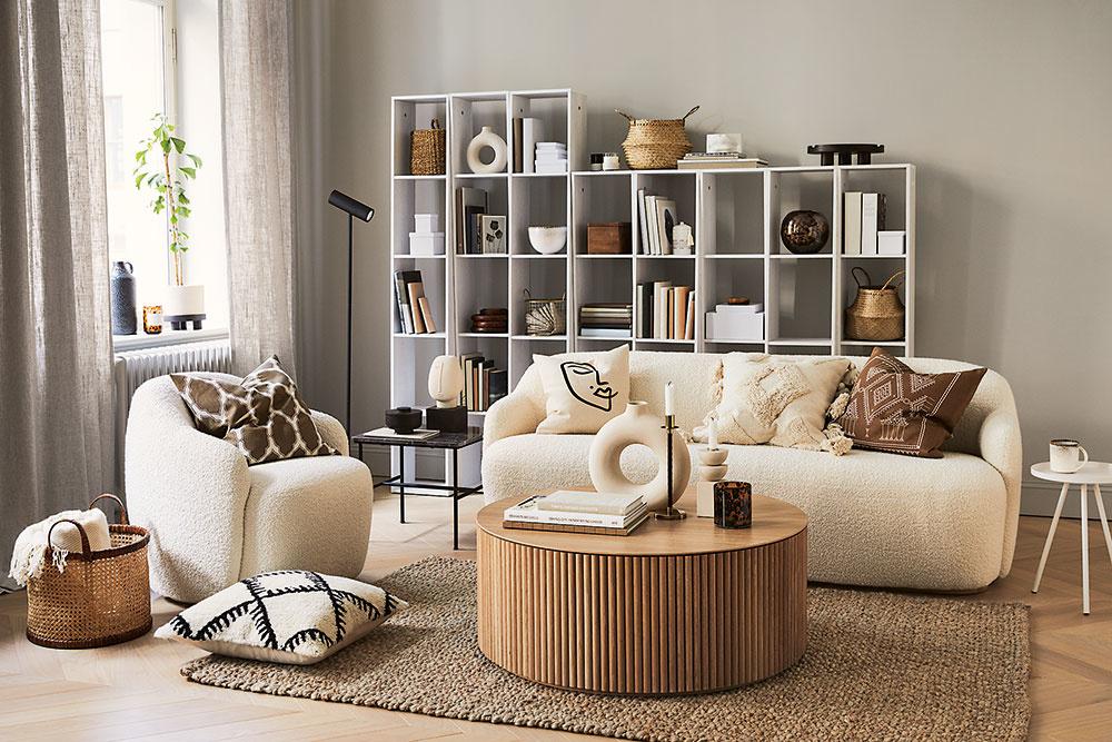 Kombinácia sivej steny, maslovej pohovky adrevených solitérov nemôže omrzieť. Tvorí pevný neutrálny základ, ktorý môžete dopĺňať ešte inou farbou podľa nálady.
