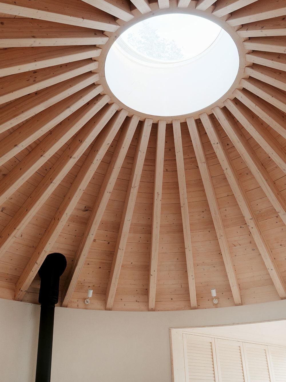 Premyslená drevená konštrukcia ukončená kupolovým svetlíkom z polykarbonátu je v centrálnom priestore zároveň efektnou súčasťou interiéru.