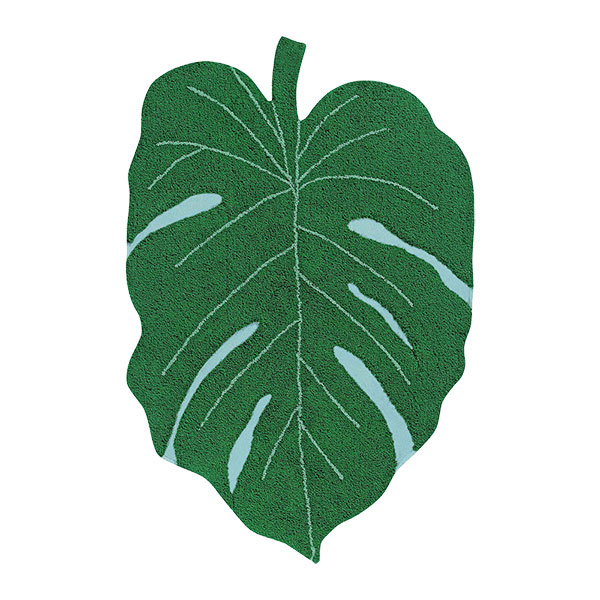 Výrazný zelený koberec v tvare listu monstery vyváži miestnosť s jednou zelenou stenou v rovnakom odtieni. Koberec od značky Lorena Canals predáva www.amara.com.