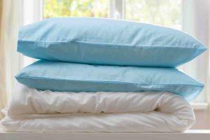Periny, vankúše a posteľná bielizeň: Naozaj ich stačí vyvetrať v okne?