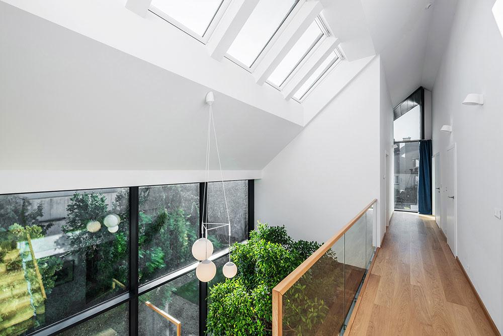 Okná cez celú výšku stavby v kombinácii so strešnými oknami vlievajú do celého interiéru záplavu denného svetla