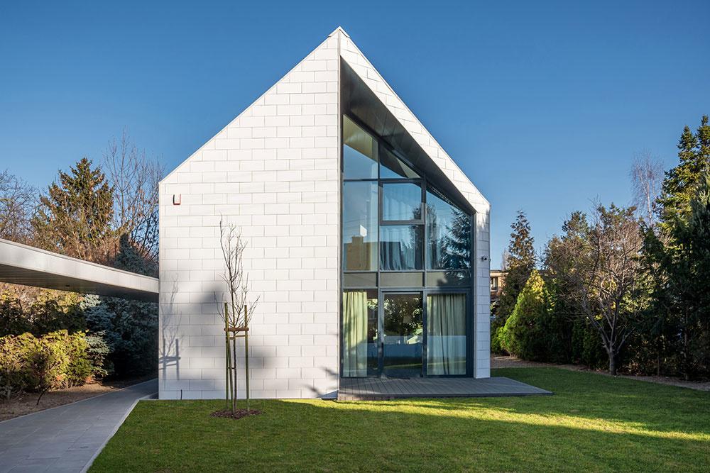 biely dom so sedlovou strechou
