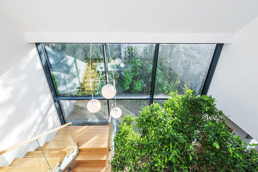 kná cez celú výšku stavby v kombinácii so strešnými oknami vlievajú do celého interiéru záplavu denného svetla.