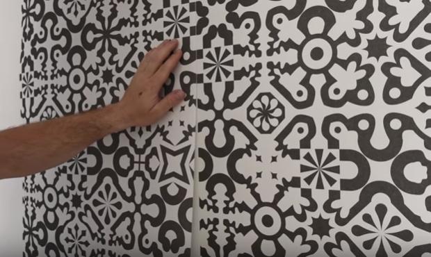 Ako nalepiť na stenu vliesovú tapetu?