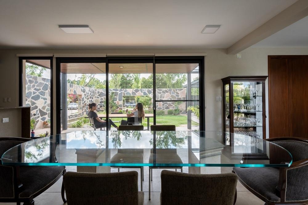 Jednopodlažný dom s obývačkou medzi stromami