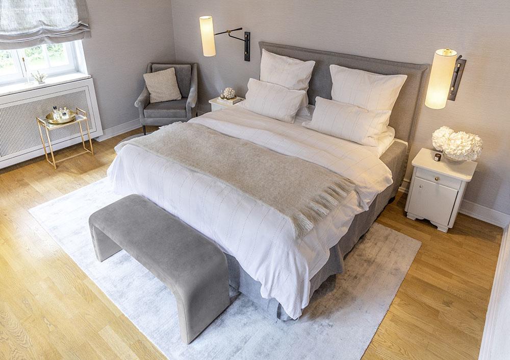 V spálni je jednoduchá posteľ so zamatovým poťahom a obliečkami zo zmesi ľanu a bavlny