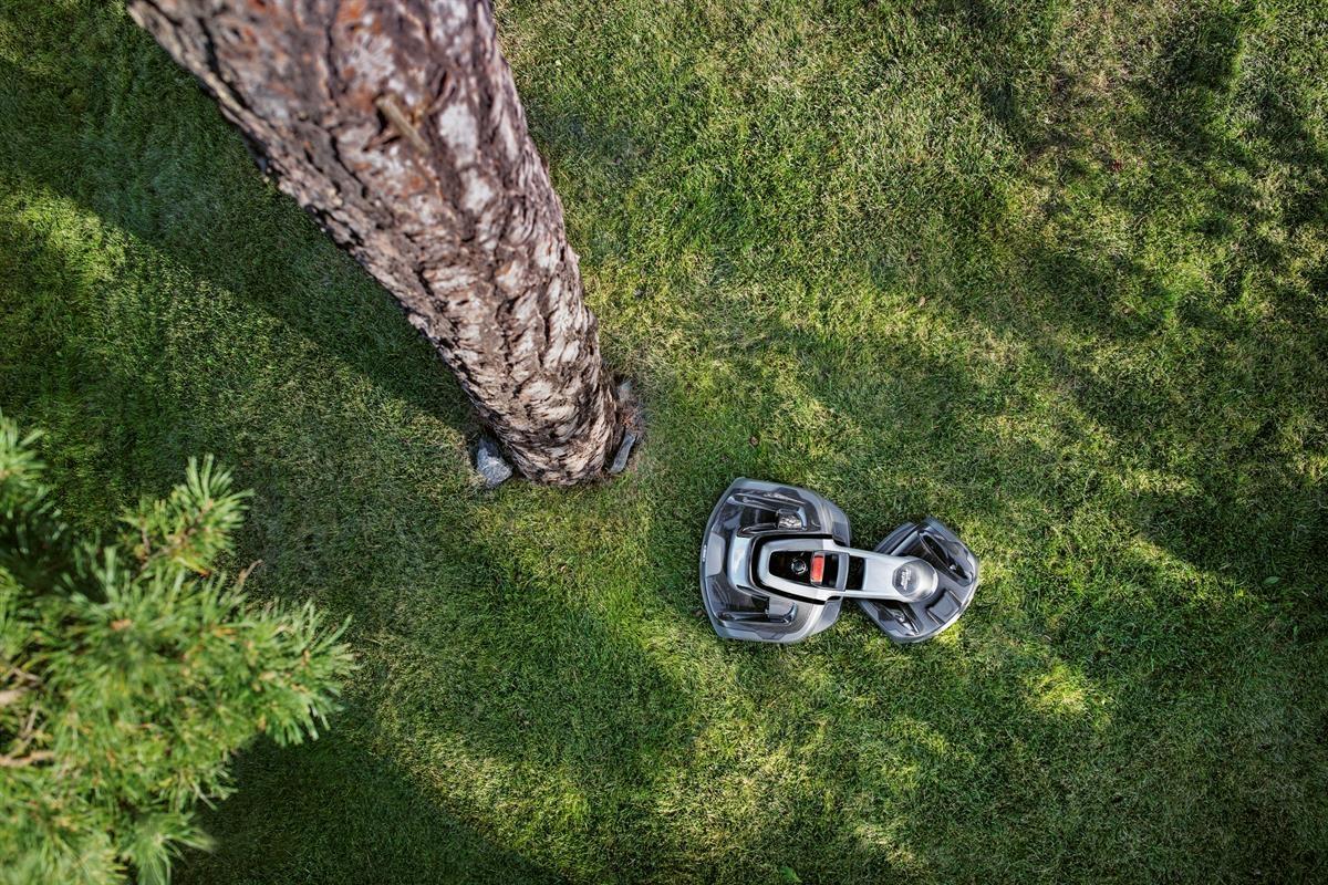 Zabudovaný GPS systém vytvára mapu záhrady vrátane miest, kde sú nainštalované ohraničujúce a navádzacie káble