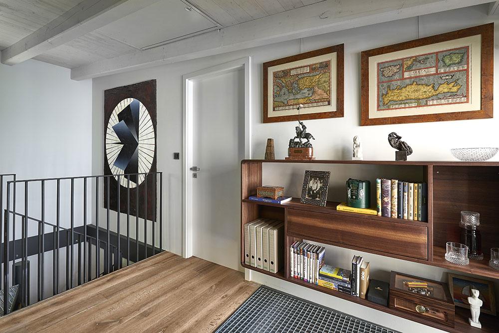 Vrchné podlažie má svetlejšiu farebnosť a drevenú dubovú podlahu, ktorá priestor zútulňuje