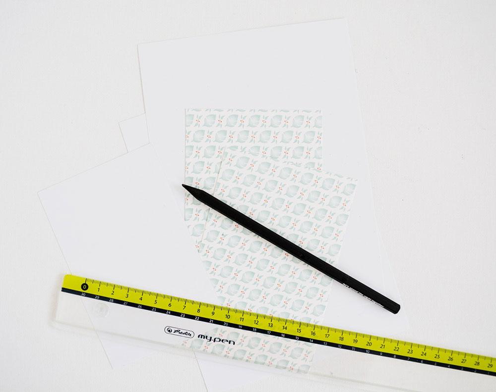 Z bieleho výkresu si pripravte základ pozdravu s rozmerom 20 × 14,7 cm (papier potom napoly prehnite) a menší obdĺžnik s rozmerom 8,7 × 13,4 cm. Podobne z ozdobného papiera obdĺžnik o veľkosti 9,4 × 14,1 cm.
