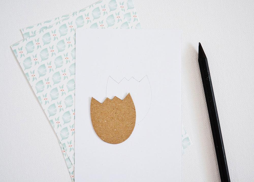 Na kartón z krabice si nakreslite motív kvetu napríklad z počítača a šablónu obkreslite na pripravený papier s rozmerom 8,7 × 13,4 cm. Kvet si môžete nakresliť aj priamo voľnou rukou.