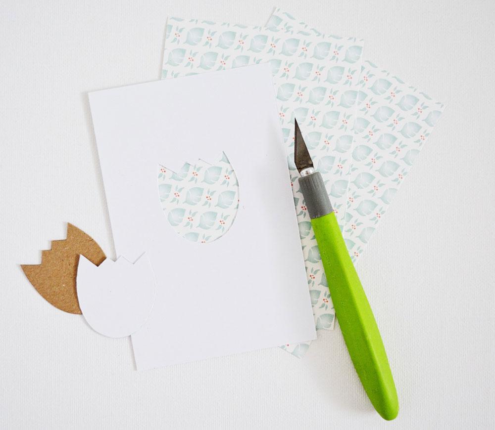 Rezačom na papier vyrežte daný motív, tak aby sa ostatné časti papiera nepoškodili. Dávajte si aj pozor, aby ste si papier nezašpinili.