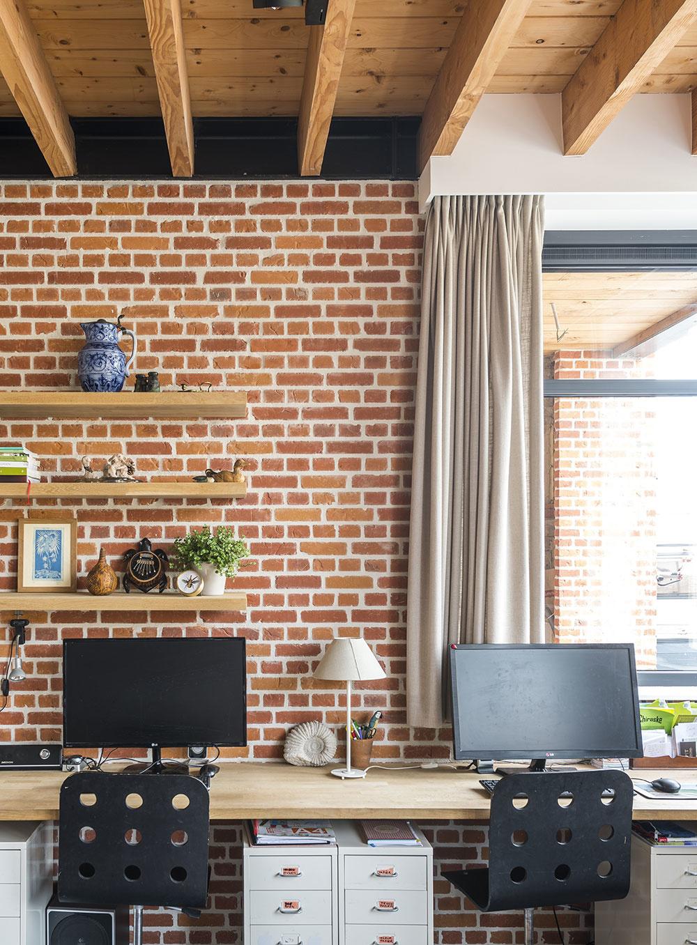Tehlová stena krásne oživí exteriér i interiér.
