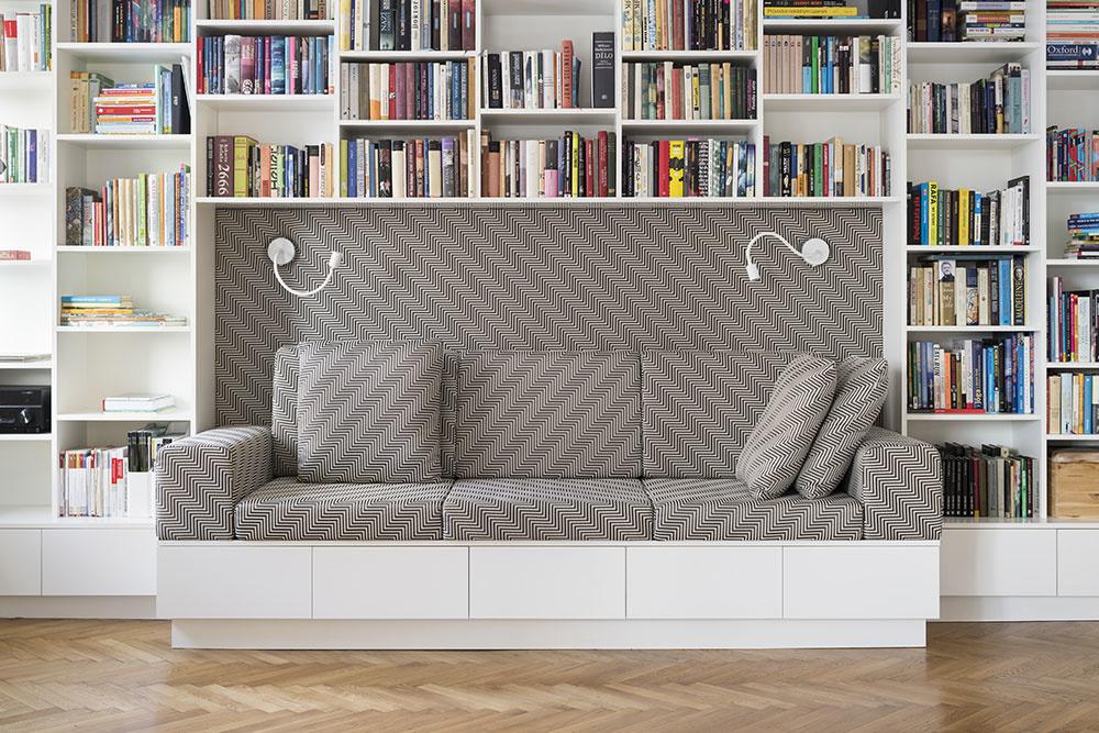 Zútulňujúco pôsobí čiernobiely poťah na gauči v byte