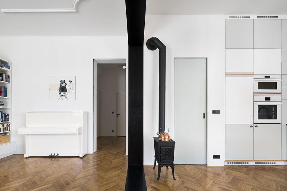 Čiernu farbu majú aj kachle a digestor, rovnako pracovná doska kuchynskej linky, dres a batéria či atypické svietidlo v salóniku.