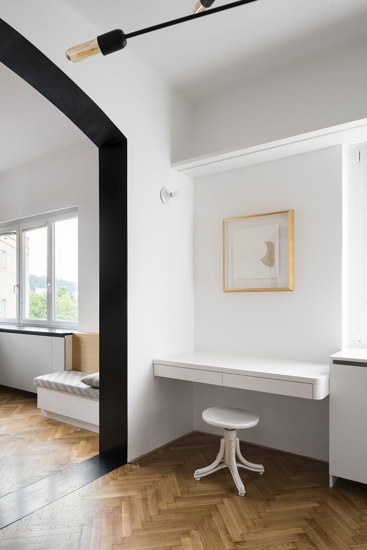 Čierny portál zároveň zvýrazňuje prepojenie najdôležitejších spoločenských častí bytu