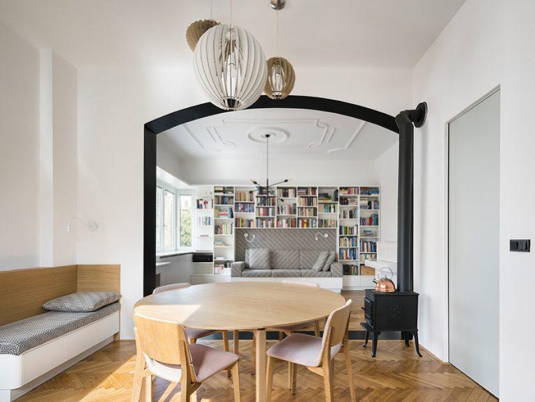 Úpravu trojizbového bytu charakterizuje unikátny čierny portál