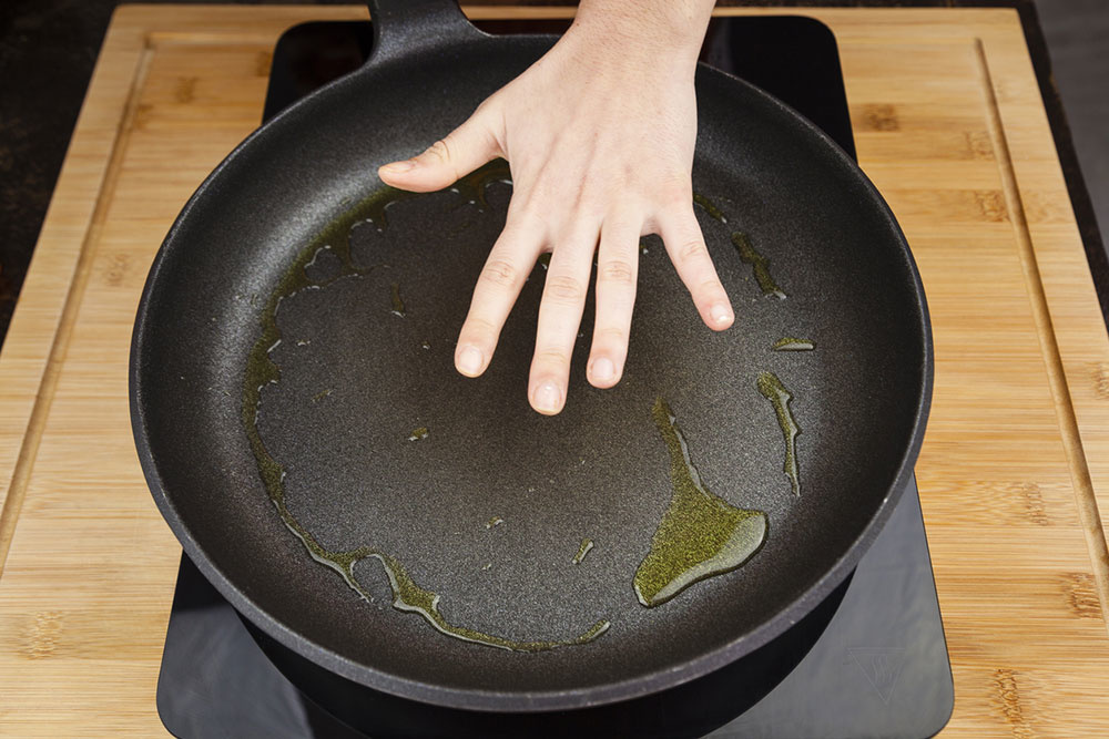 Horúci olej z panvice