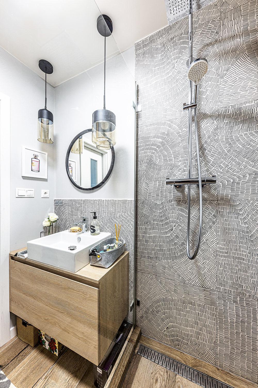 Kúpeľňa má síce menšie rozmery, ale ako sa ukázalo pri zháňaní vysnívaného obkladu, vtomto prípade to nebolo na škodu. Práve naopak.