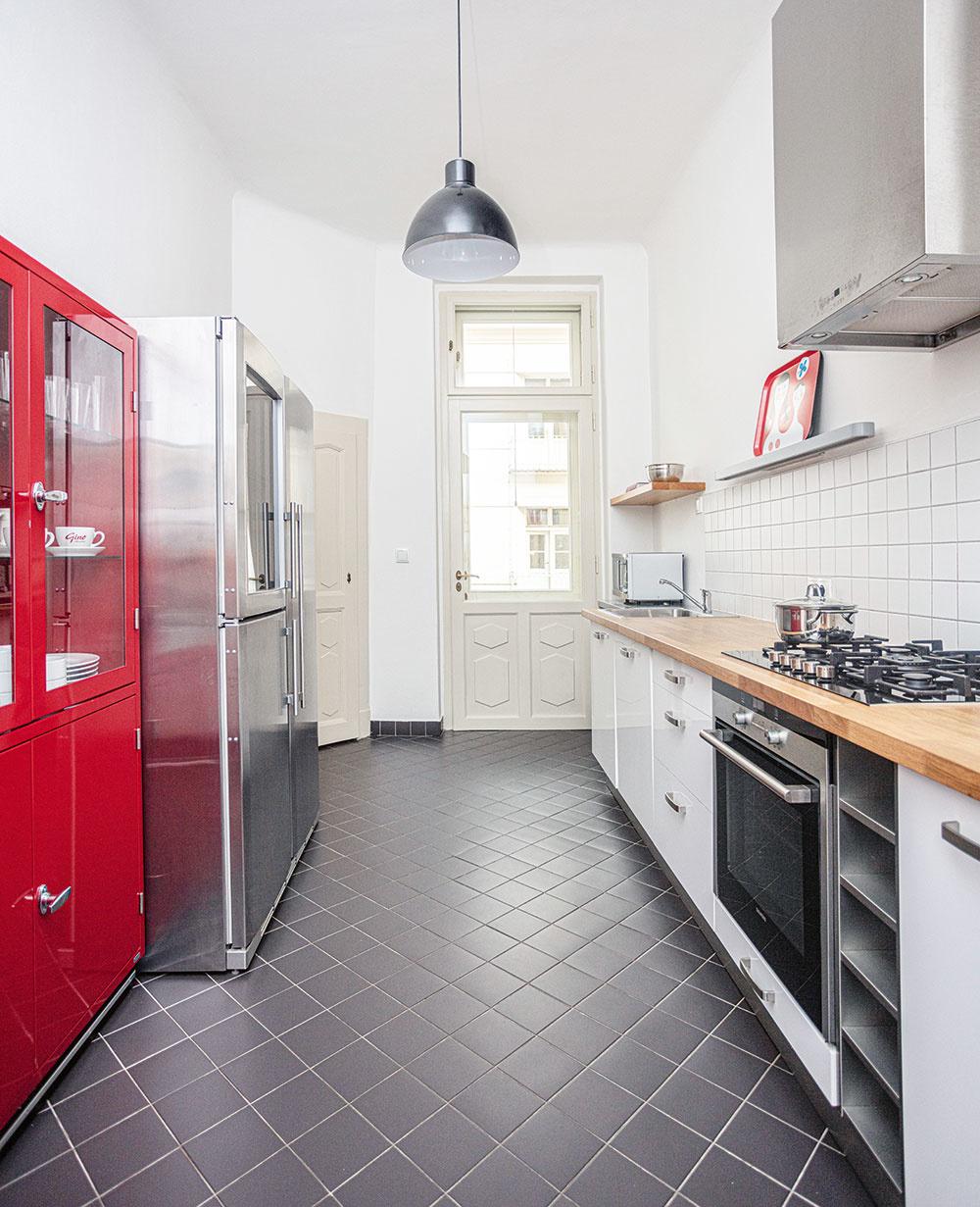Jednoduchosť aúčelnosť je hlavnou témou kuchyne. Švih jej dodáva červený lakovaný príborník so zasklenými dverami, drevená pracovná doska do nej zas vnáša teplo ajasný ľudský rozmer.