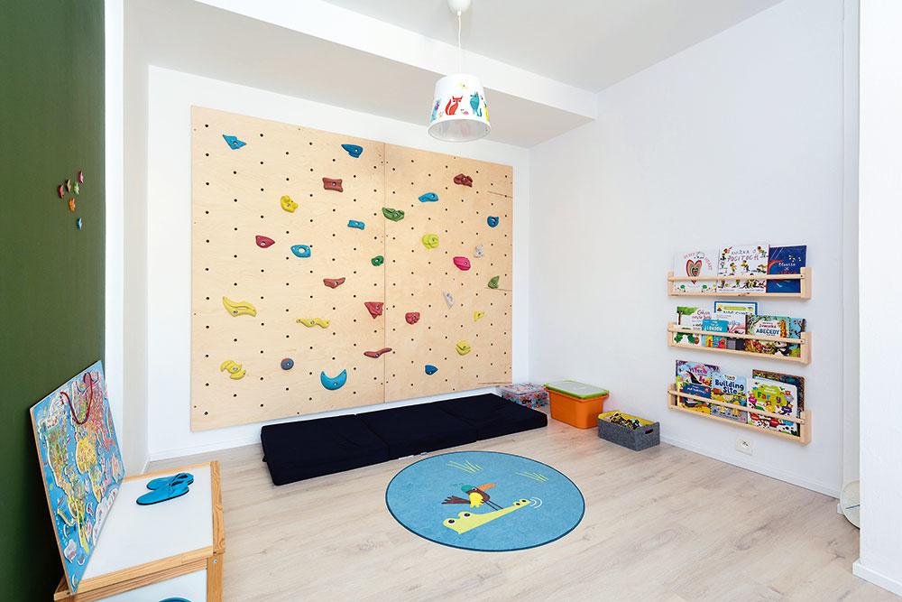 Pôvodne plánovaný šatník nahradila detská herňa. Rodičia sa nakoniec predsa lenrozhodli ponechať deťom radšej viac miesta na hranie aobjavovanie.