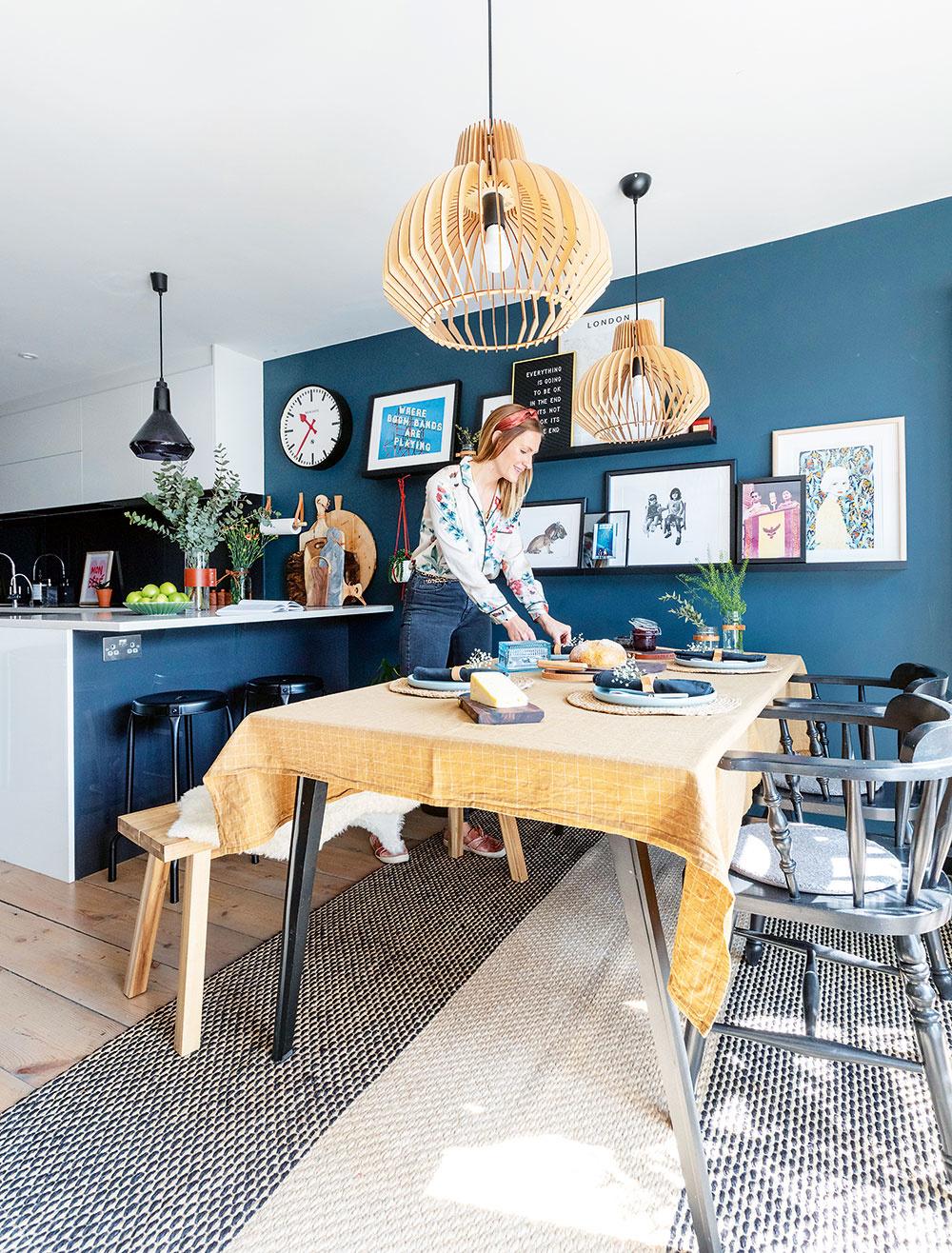 Ideálny priestor na rodinné večere aj víkendové neskoré raňajky. Kuchyňa spojená sjedálňou je svetlá avzdušná, zariadená nábytkom vškandinávskom štýle zladeným so svietidlami. Stoličky, ktoré pár premaľoval na čierno, sú úlovkom zbazára.