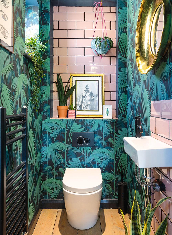 Tropická téma sa objavuje aj vmalej toalete na prízemí, kde sa najvýraznejšie prejavuje dizajnérkina obľúbená farebná kombinácia – ružová so zelenou.
