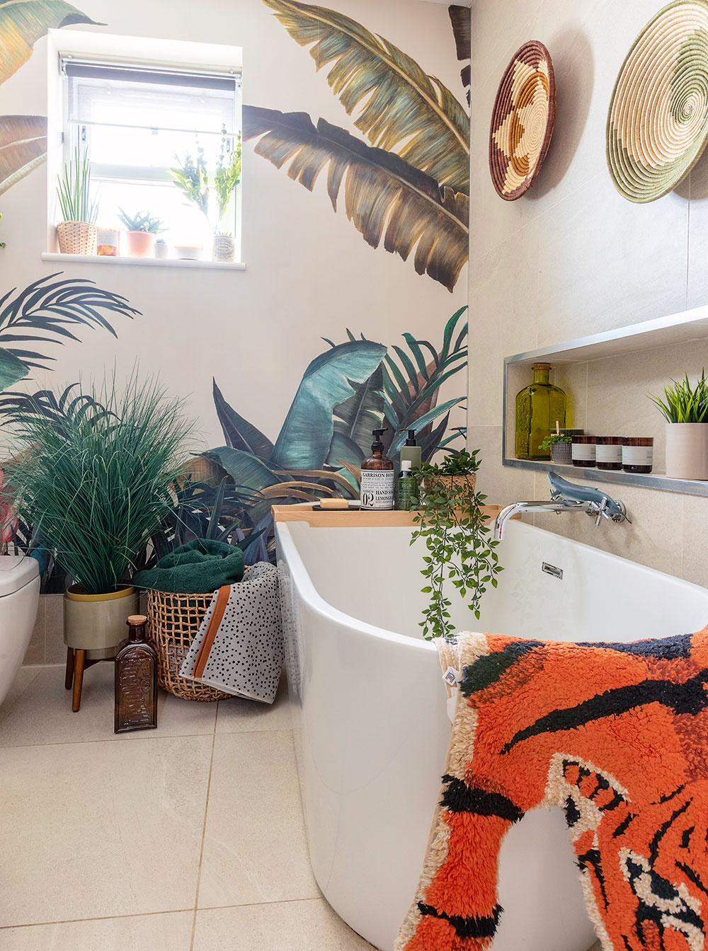 Pohľad na rodinnú kúpeľňu dokazuje, že aj vtejto funkčnej miestnosti môžu rovnako dobre ako vakomkoľvek inom priestore fungovať vrstvy, farby, textúry avzory.