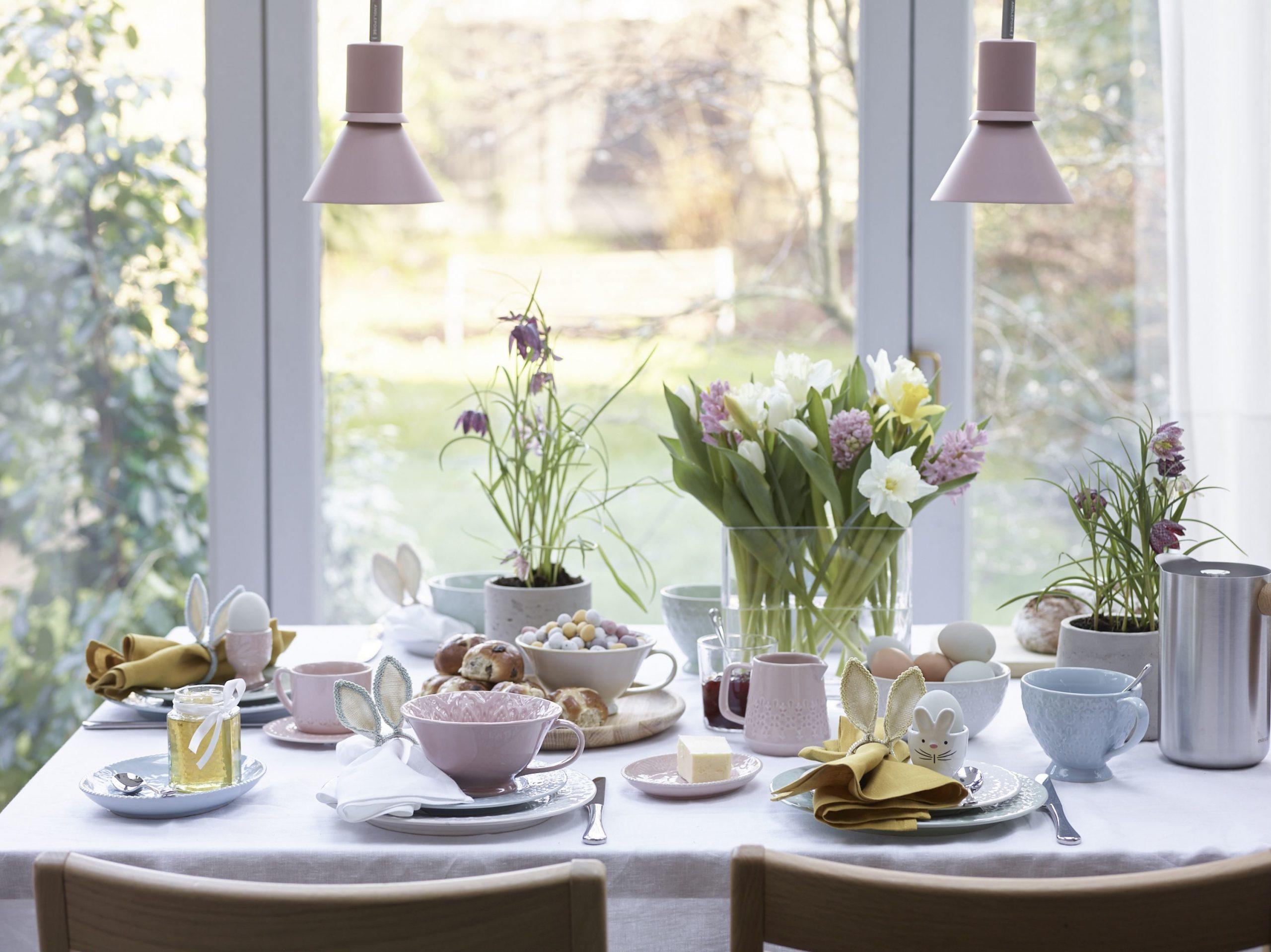 veľkonočný stôl s dekoráciami