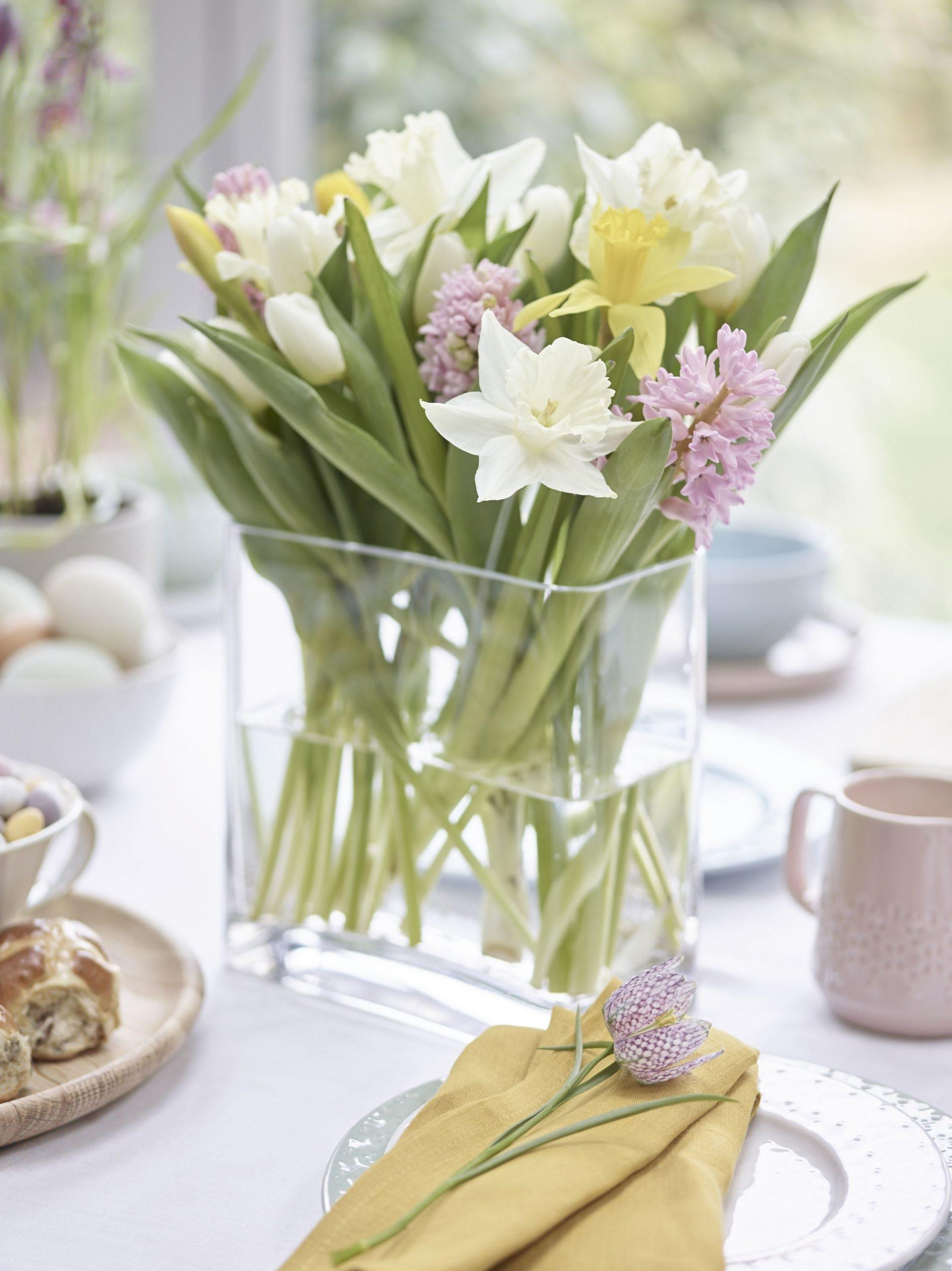 rezané jarné kvety na veľkonočnom stole