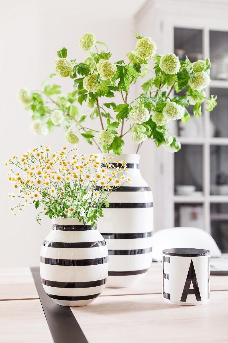 čiernobiele vázy s kvetmi na veľkonočnom stole