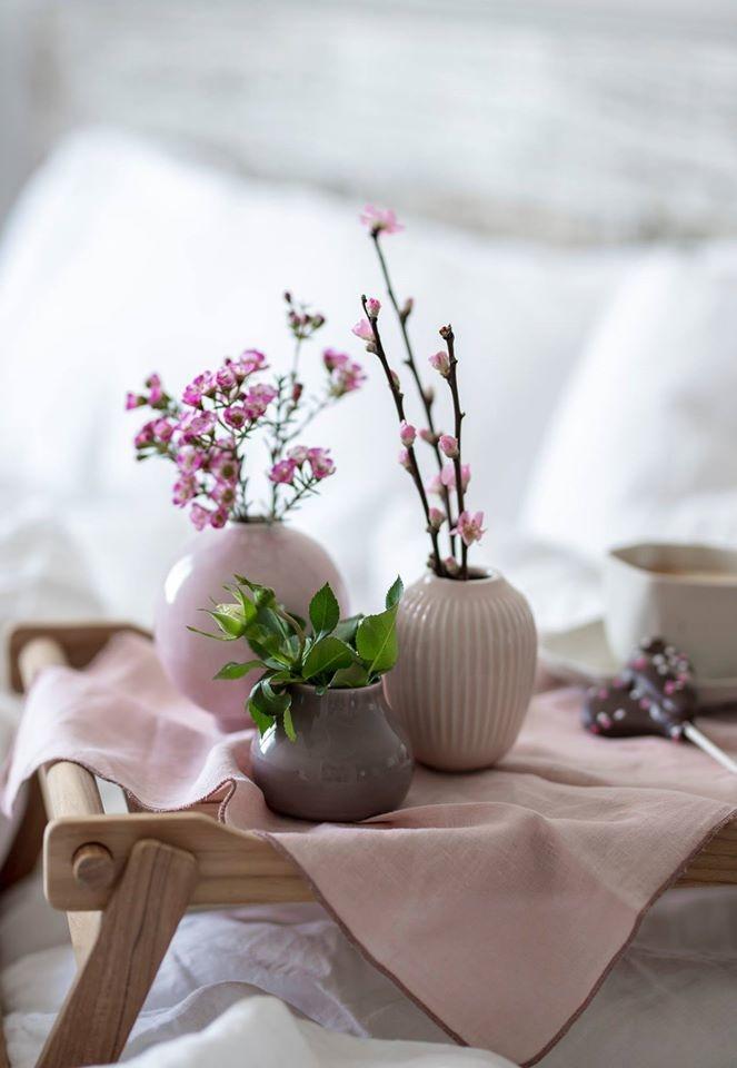 ružové kvetinky vo vázičkách na veľkonočnom stole