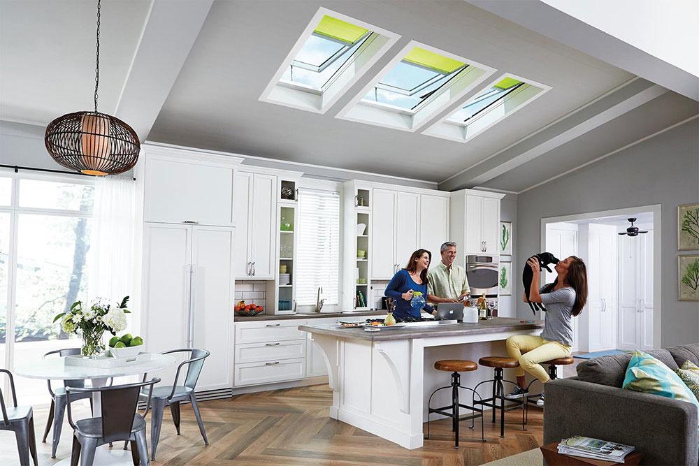 Kombinácia viacerých okien alebo okien umiestnených v rôznej výške zaistí ešte viac denného svetla v miestnosti, a to aj v odľahlých kútoch.