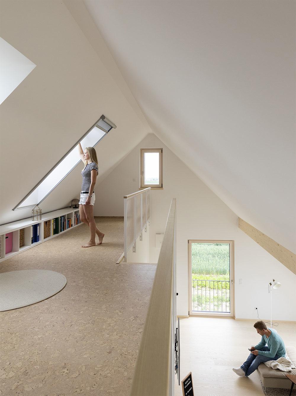 Okná otvorené naraz v dvoch úrovniach nad sebou spôsobia tzv. komínový efekt, vďaka ktorému vyvetráte účinnejšie.