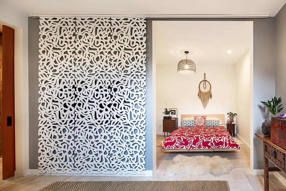 Zaujímavým prvkom je ozdobná posuvná stena, za ktorou je skrytý veľký televízor. Jej dekor zodpovedá štýlu oboch miestností, ahoci ich od seba oddeľuje, zároveň je istmeľujúcim prvkom.