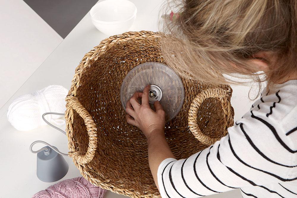 Montáž objímky. Do stredu veka vyrežte otvor anásledne podložku pripevnite na objímku zvnútra koša. Potom môžete kobjímke znovu upevniť bezpečnostný krúžok.