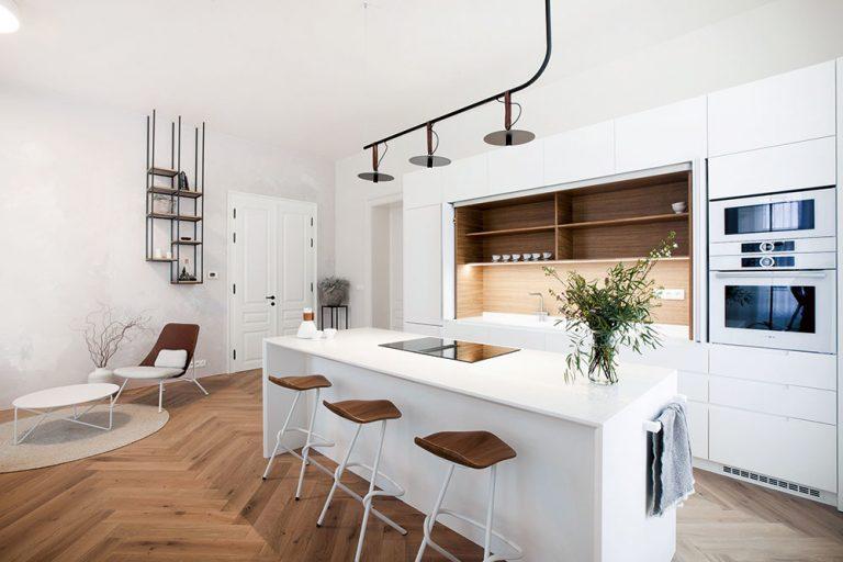 Moderný byt v historickom dome s netradičným kuchynským prvkom