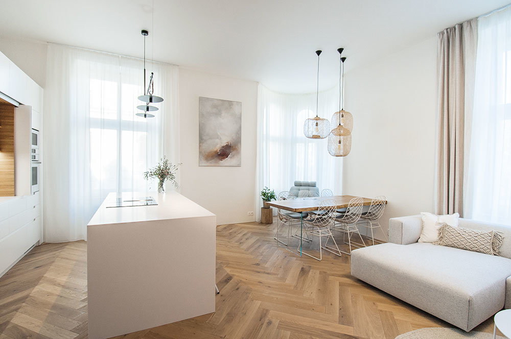Svetlo ladený interiér dopĺňa obraz maliarky Terezy Doležalovej, ktorý vytvorila na mieru tak, aby sa hodil kpoužitým materiálom afarbám.