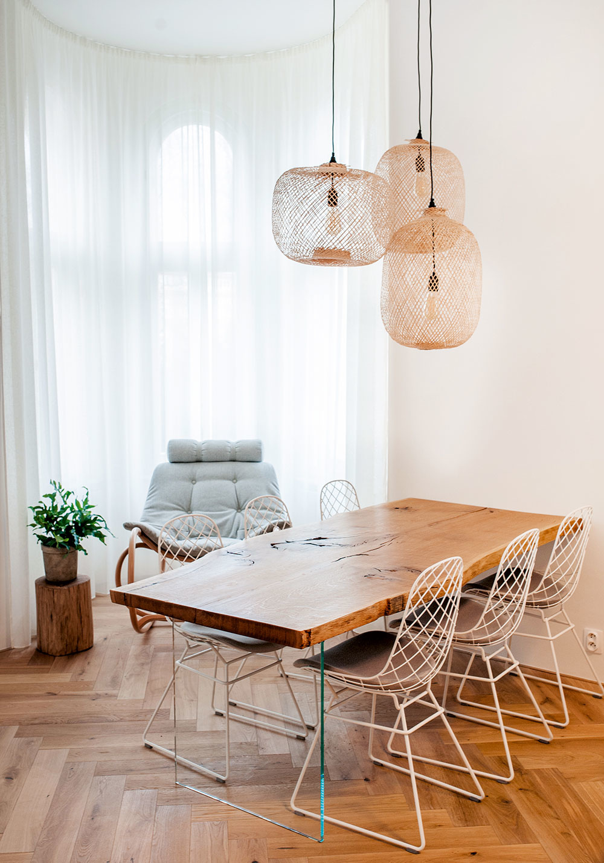 Jedálenský stôl je vyrobený zjedného kusa dubového dreva. Ponechali mu surovosť anepravidelnosť, ktoré umocňujú jedinečnosť asvojskú eleganciu tohto prírodného solitéru.