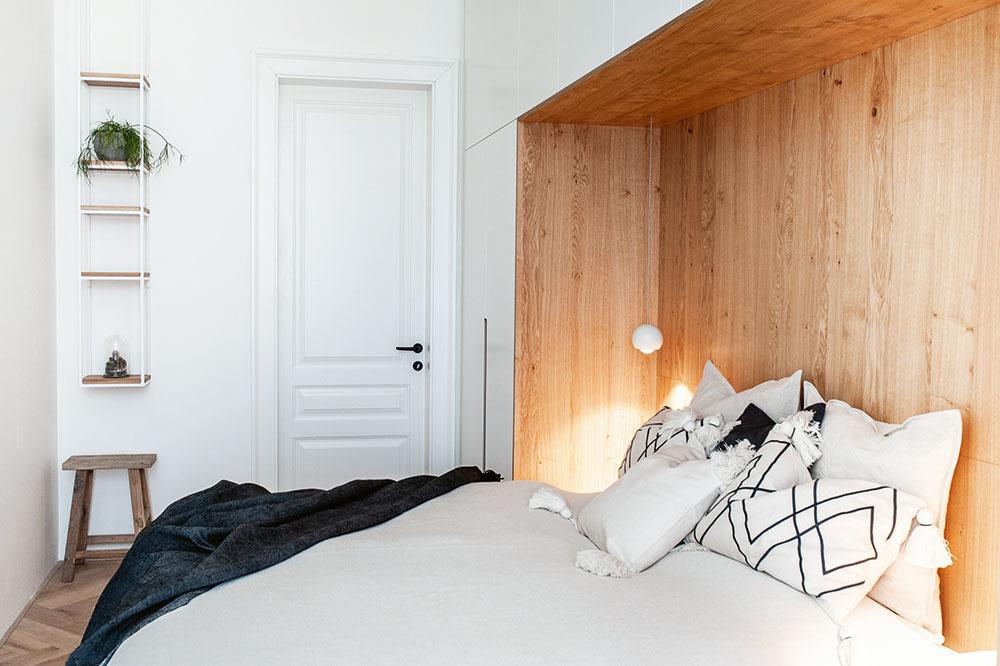 Hlavná spálňa je vzhľadom na nedostatok úložného priestoru vbyte riešená ako veľká vstavaná skriňa, do ktorej je osadená dubová nika sposteľou.