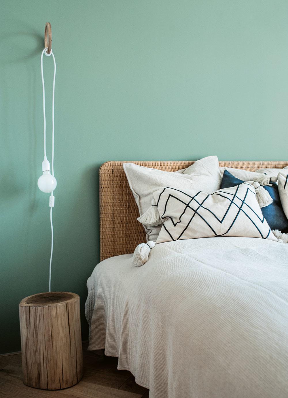 Druhá (študentská) spálňa je zariadená vpodobnom duchu ako tá prvá. Oživená je olivovozelenou stenou za ratanovým čelom postele. Tá je doplnená zkaždej strany dubovým pníkom slúžiacim ako nočný stolík.