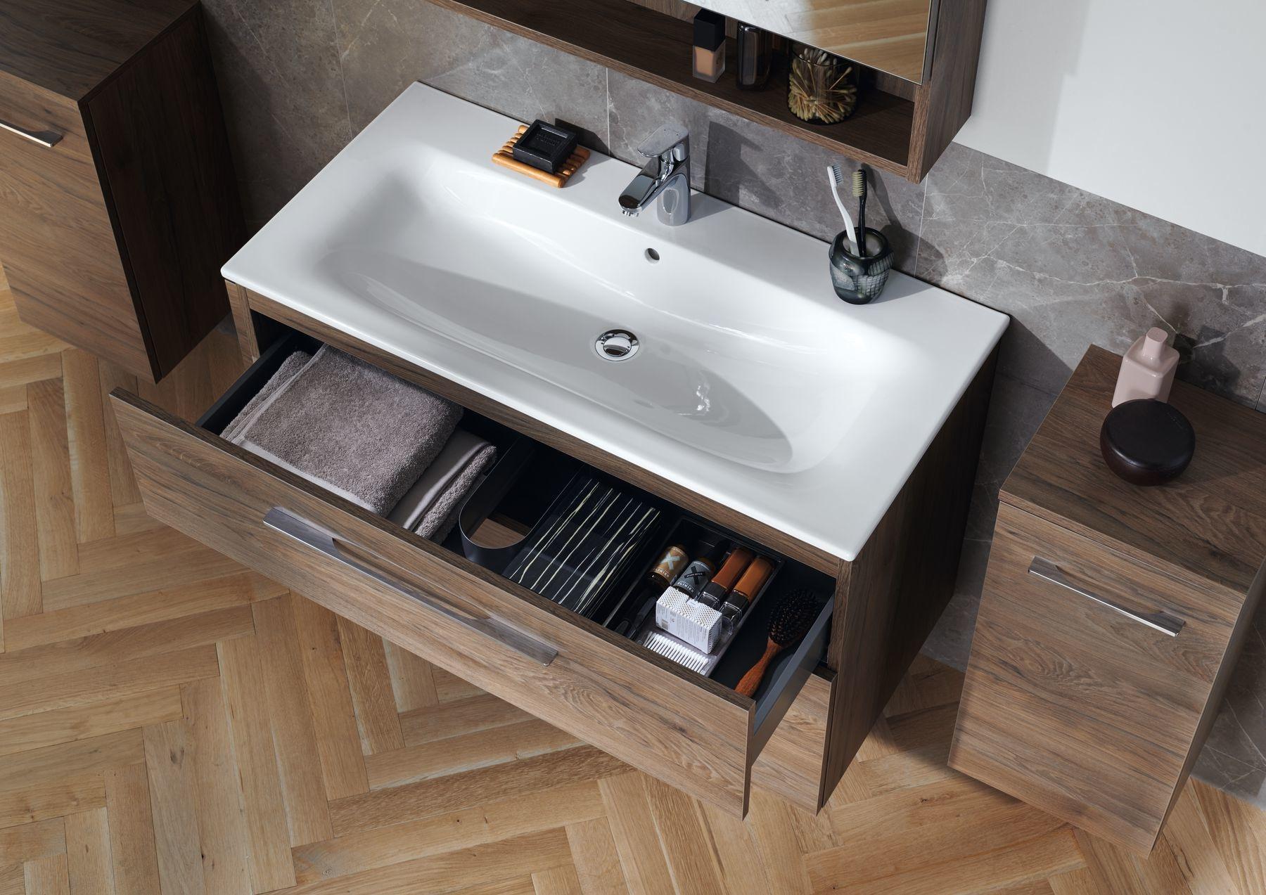 Elegantné umývadlo so štíhlym okrajom a dobre organizovaný kúpeľňový nábytok Geberit Selnova