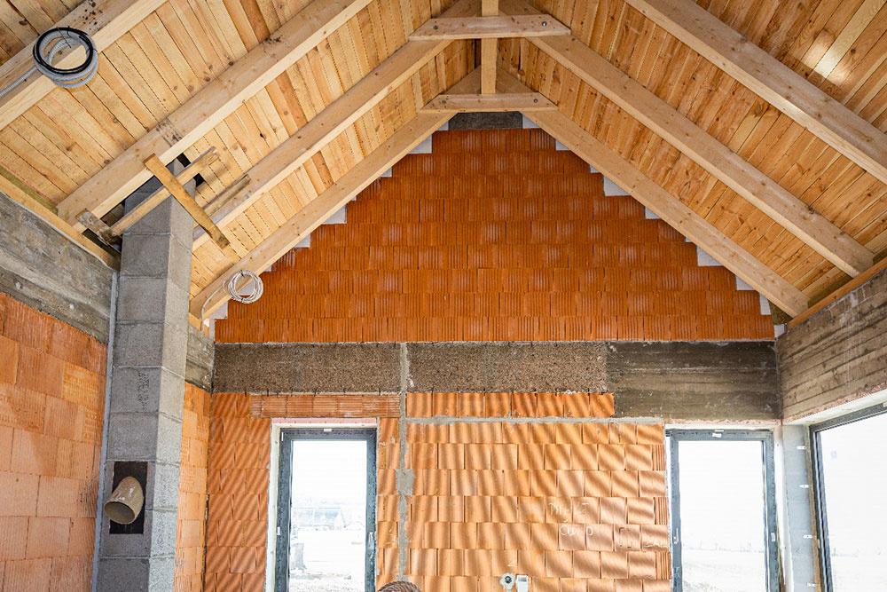Veľkorysý otvorený krov plánuje domáci pán ponechať viditeľný.