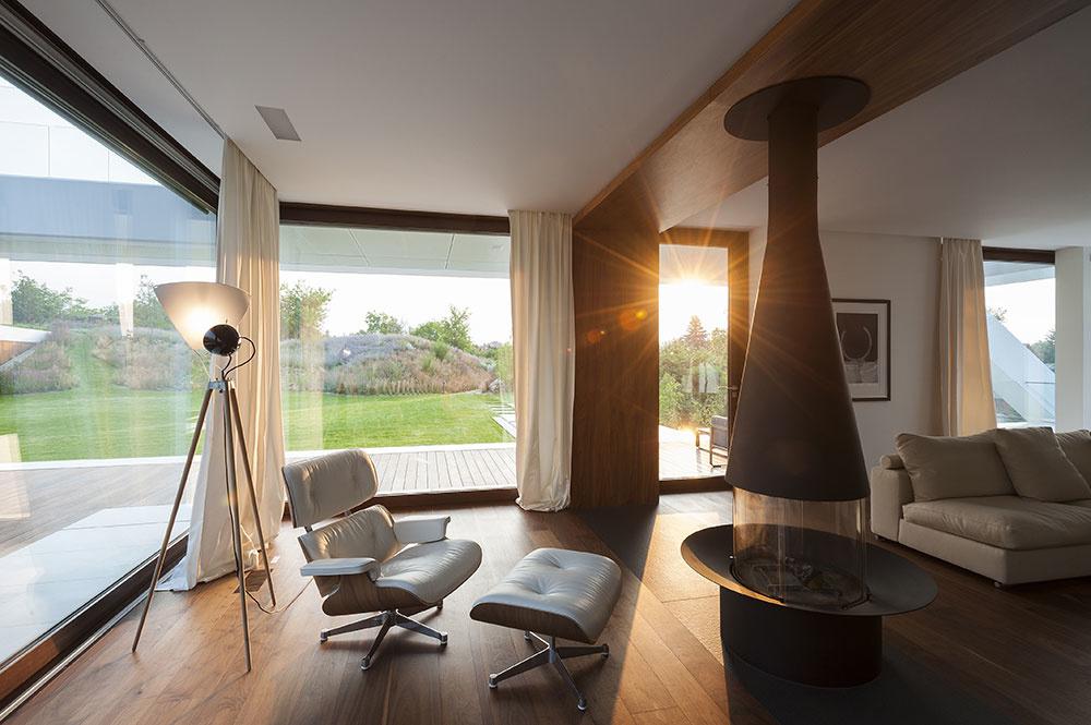priestranná obývacia miestnosť s masívnym krbom