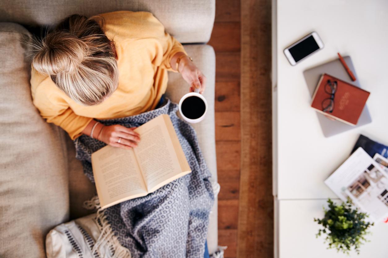 Čítanie knihy v pohodlí domova