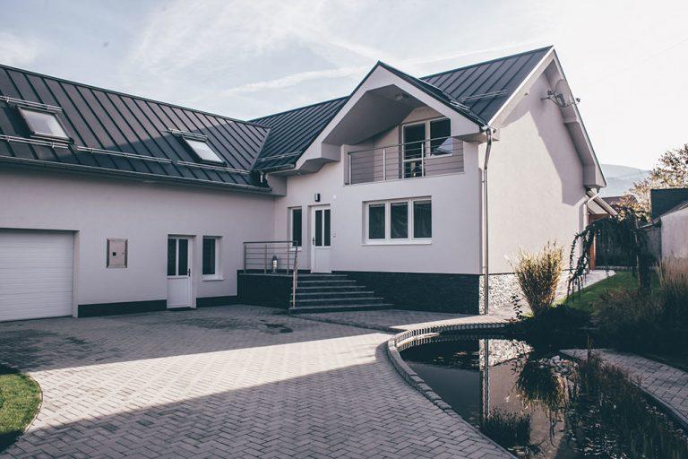 Jarné oživenie domu strechou zo škandinávskej ocele