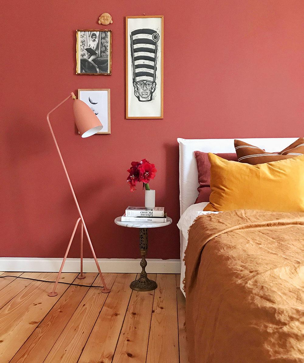 Od drobností, ako sú lampy, cez posteľnú bielizeň až po celú stenu. Terakota vytvorí príjemný domácky interiér.