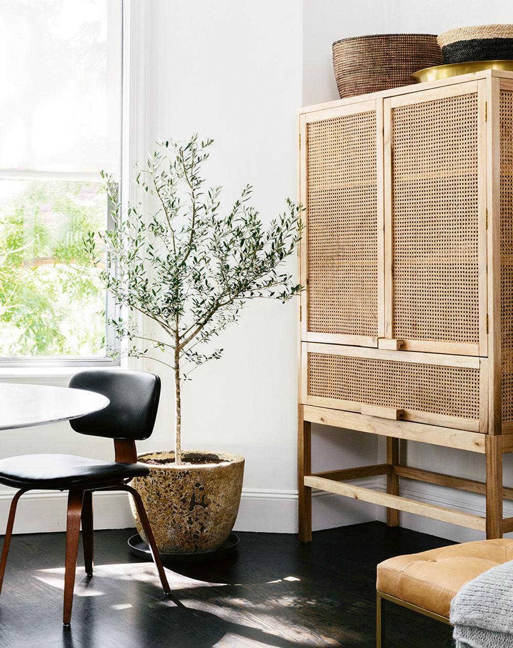 Pletené rastlinné vlákna sa hodia aj do škandinávsky ladených interiérov. Stačí zvoliť správny tvar nábytku.